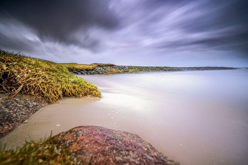 Stenen strekdam in het IJsselmeer tijdens storm van Fotografiecor .nl