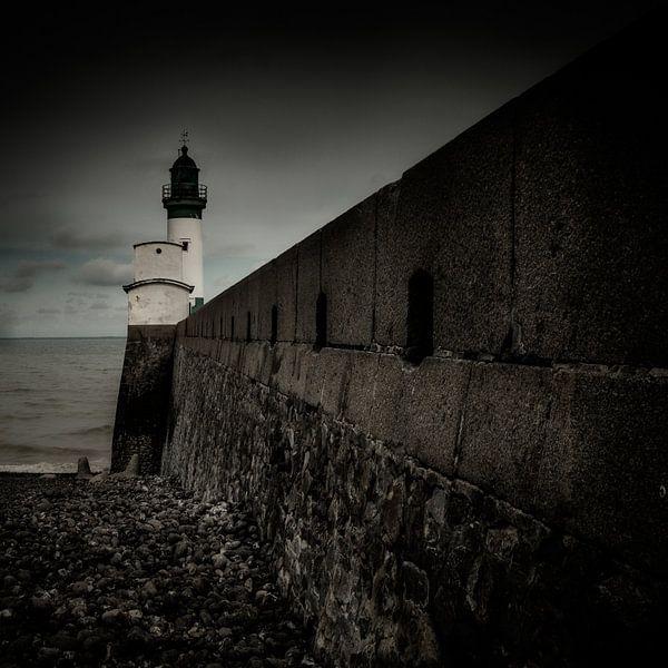 Behind the lighthouse van Ruud Peters