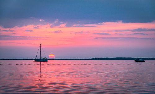 De lucht kleurt roze boven de Oostzee, Rügen