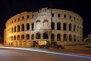 Römische Arena im Zentrum von Pula, Kroatien bei Nacht von Joost Adriaanse