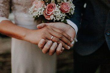 Hochzeit - Hand in Hand - Brautpaar - Ehering von suhariadika