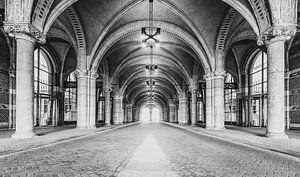 Tunnel onder het Rijksmuseum in Amsterdam in zwart-wit