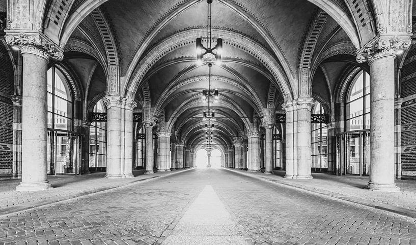 Tunnel onder het Rijksmuseum in Amsterdam in zwart-wit van Sjoerd van der Wal