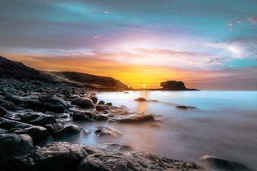 Zonsopgang op een rotsachtige kust, lijkt op een andere planeet, een heel bijzondere foto van Fuerte van Jan Wehnert