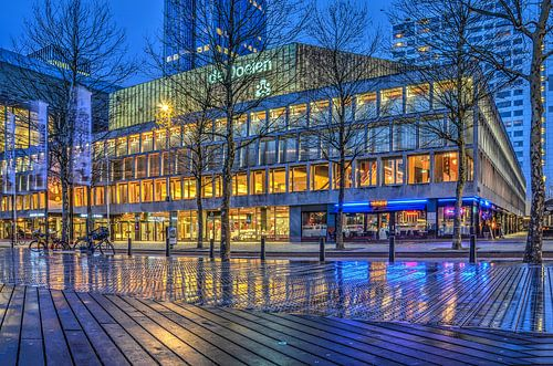 Rotterdam: De Doelen en het Schouwburgplein bij avond van