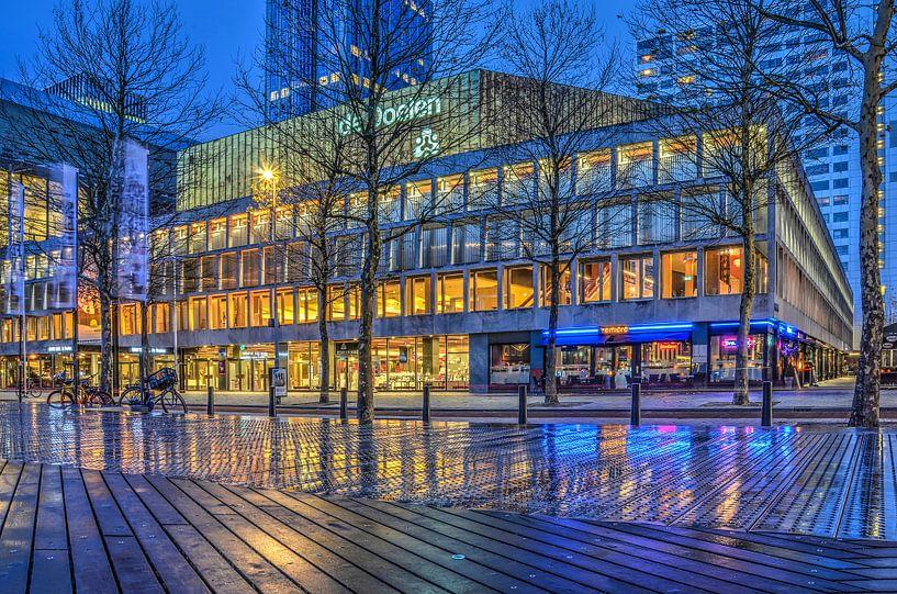Rotterdam: De Doelen en het Schouwburgplein bij avond van Frans Blok