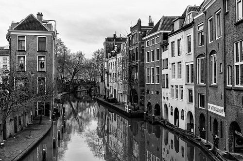 Oudegracht in Utrecht en de Gaardbrug gezien vanaf de Maartensbrug in zwart-wit van De Utrechtse Grachten