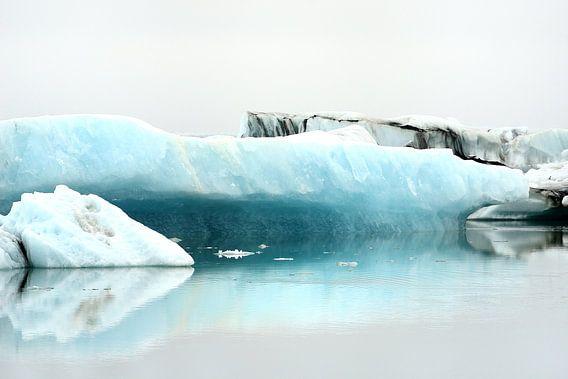 IJs in het Jökulsárlónmeer in het zuiden van IJsland van Gonnie van de Schans