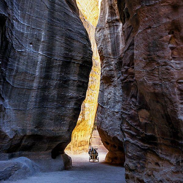 de bergkloof van Petra, Jordanië van Jan de Vries