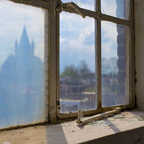 Fabrieksraam met kerk (More Past VIII) van Gerard Oonk