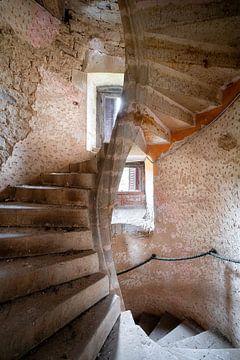 Escalier en béton abandonné. sur Roman Robroek