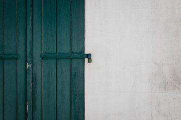 Grün-blaue Fensterläden mit weißer Wand auf der Île de Ré - Frankreich von Oog in Oog Fotografie