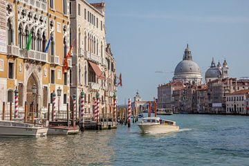 Bateau à moteur sur un grand canal au centre de la vieille ville de Venise, Italie. sur Joost Adriaanse