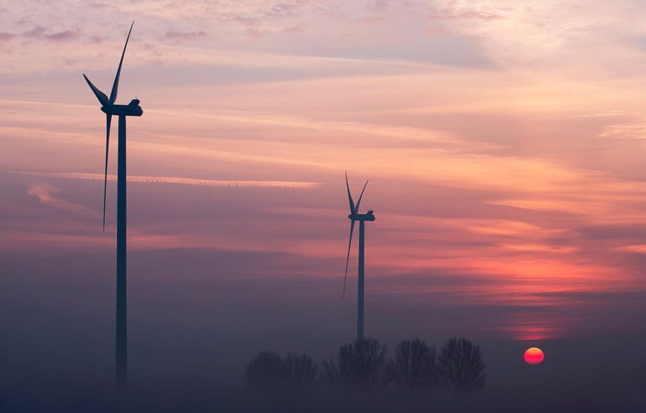 Windmolens bij zonsopkomst van Luuk van der Lee