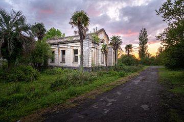 Verlassenes Resort während des Sonnenuntergangs. von Roman Robroek