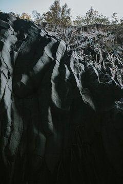 Lava gesteente van de Etna in de Alcantara kloof, Sicilië Italië van Manon Visser