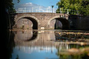 Oude brug over stadsgracht in historische binnenstad