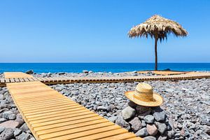 Portugees strand met stenen pad hoed en parasol
