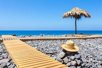 Portugiesisch Strand mit Steinen, Pfad, Hut und Sonnenschirm von