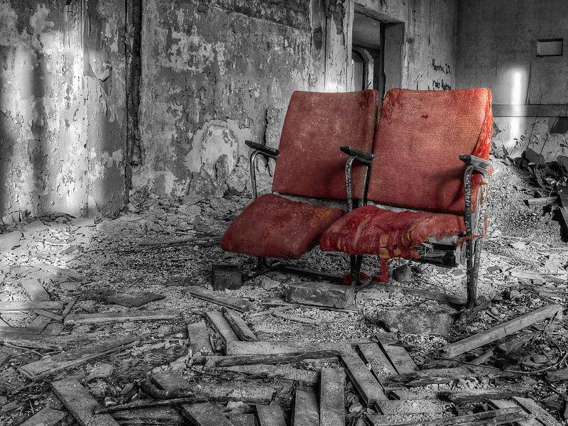 Verlaten plaats - rode fauteuil van Carina Buchspies