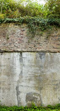 staand panorama van een muur van Fort Nieuwersluis bij Nieuwersluis, Nederland van Martin Stevens