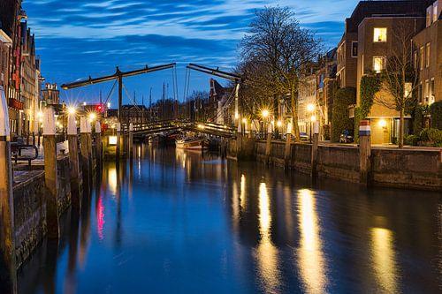 Dordrecht bij avond de Wolwevershaven. van