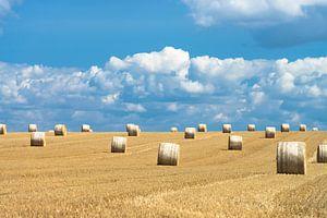 Hooibalen en mooie wolkenluchten in zomers Frankrijk van Hans Kerchman