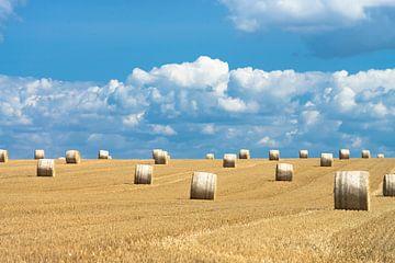 Hooibalen en mooie wolkenluchten in zomers Frankrijk van