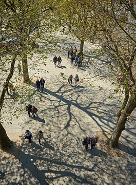 Mensen lopen in paren langs de Thames / Theems in London / Londen van Michael Echteld