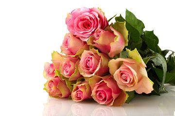 Bouquet de roses roses sur fond blanc sur Ivonne Wierink