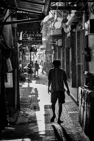 Man in steeg in China Town, Bangkok van Johan Zwarthoed