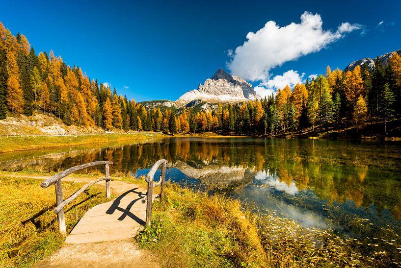 Eine See, Herbstfarben und berge in der Dolomiten von Rob IJsselstein