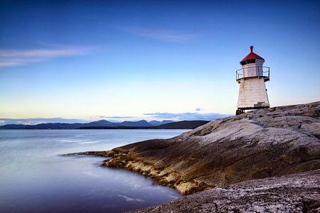 Navigation Leuchtfeuer auf Tingholmen in Norwegen bei Sonnenuntergang