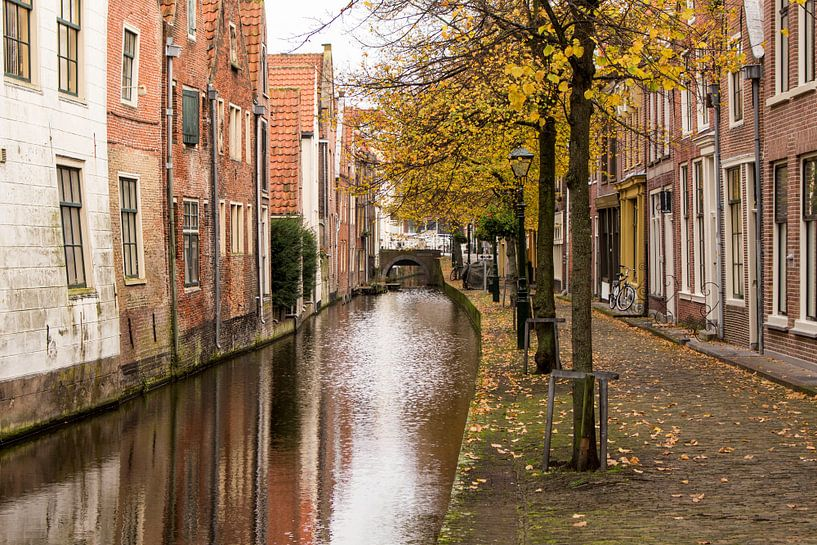 Oude gracht in binnenstad Alkmaar van Jaap Mulder