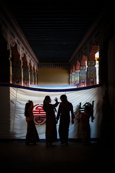 Danseressen wachtend op optreden op het festival in de Dzong van Thimphu Bhutan. Wout Kok One2expose van Wout Kok