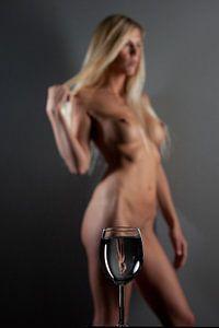 Artistiek naakt onscherp met glas