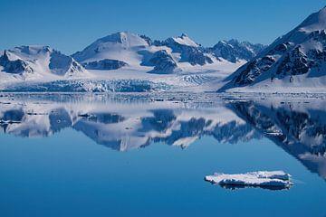 Landschaft mit Spiegelung Spitzbergen von Merijn Loch