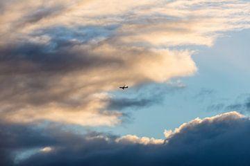 Wolken met vliegtuig van