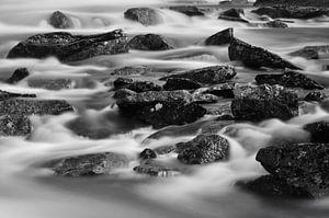 Stenen in waterval (zwart wit) van