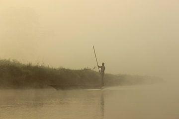Boot op het water in Nepal van Marloes Sinnema