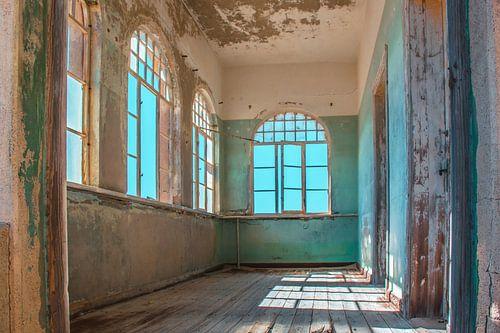 kamer in een verlaten en verweerd huis in Kolmanskop, Namibië
