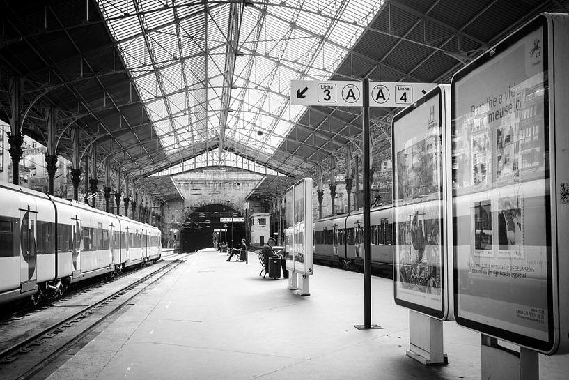 Sfeervolle architectuur van het treinstation in de stad porto van Fotografiecor .nl