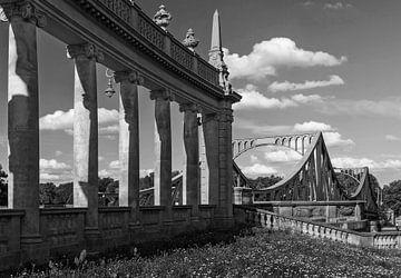 Glienicker Brücke mit historischen Säulen