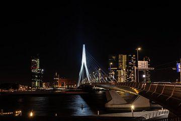 Erasmusbrug Rotterdam bij nacht met de skyline. von Brian Morgan