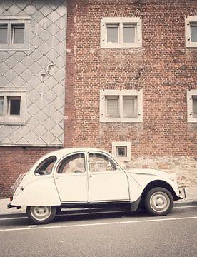 Citroën 2CV - lelijke eend - auto geparkeerd aan de kant van de straat van Sjoerd van der Wal