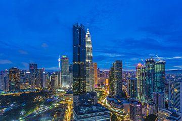 Kuala Lumpur skyline dans la soirée sur Tux Photography