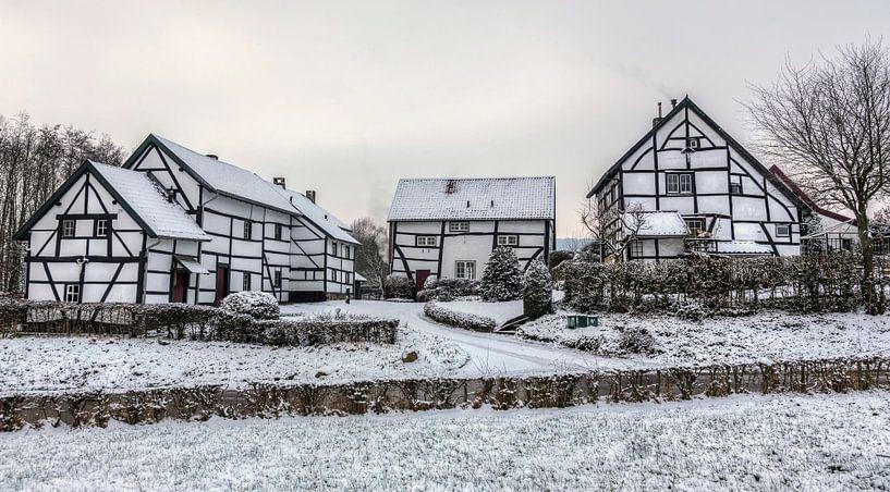 Vakwerkhuisjes in de sneeuw in Zuid-Limburg van John Kreukniet