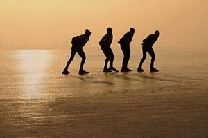 Schaatsers voor zonsondergang von Jaap La Brijn