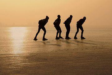 Schaatsers voor zonsondergang van Jaap La Brijn