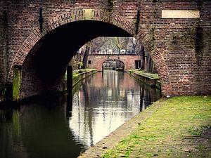 Doorkijk onder de Paulusbrug aan de Nieuwegracht te Utrecht van